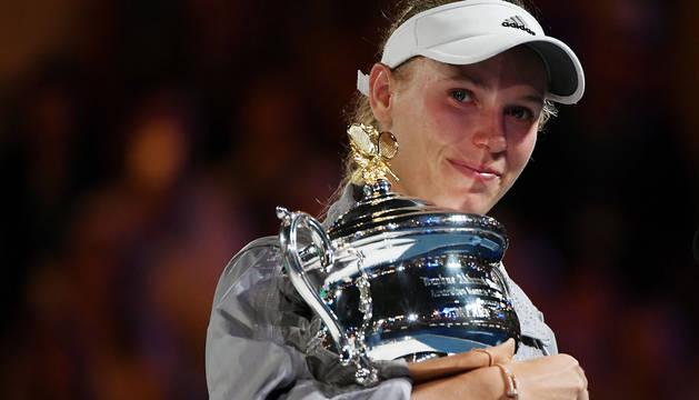 Caroline Wozniacki, con el trofeo de campeona del Abierto de Australia.
