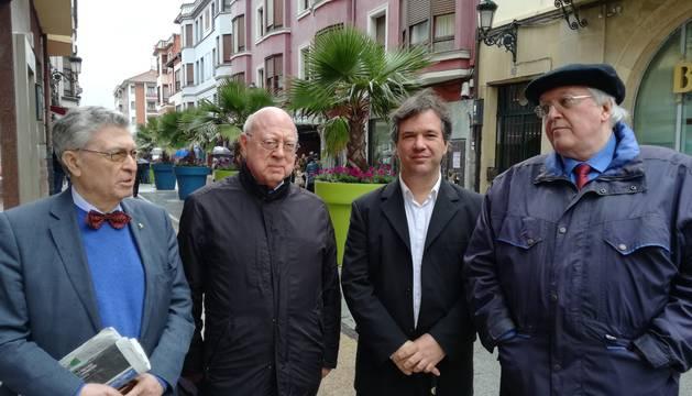 De izquierda a derecha: Ángel Vinas, George Steer, Xabier Irujo y Paul Preston, en el último congreso de Gernika.