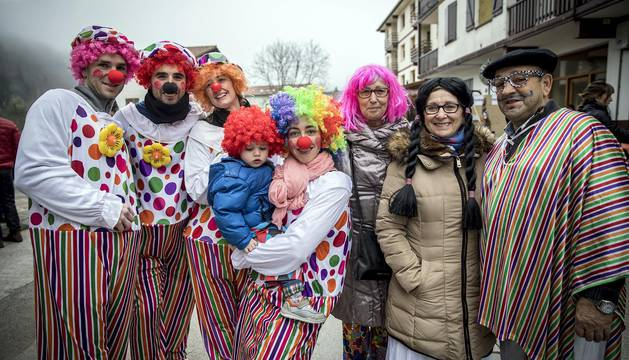 Este domingo las carrozas ocupan las calles de Sunbilla y Leitza y los vecinos protagonizan un desfile con las caras tapadas y ataviados con túnicas y capirotes que adornan con cintas de colores y plumas, aunque la fiesta principal se celebrará mañana.