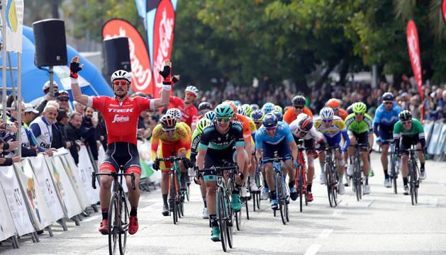 El corredor alemán John Degenkolb, del equipo Trek Segafredo, a su llegada a la meta como vencedor durante la última etapa de la Challenge vuelta ciclista a Mallorca.