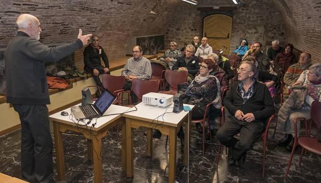 Un momento de la charla de Zona Media por el Tren en la biblioteca José María Lacarra de Estella.