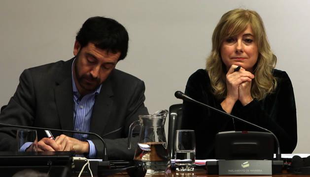 El responsable de Paz y Convivencia, Álvaro Baraibar, y la consejera Ana Ollo, en una comparecencia.