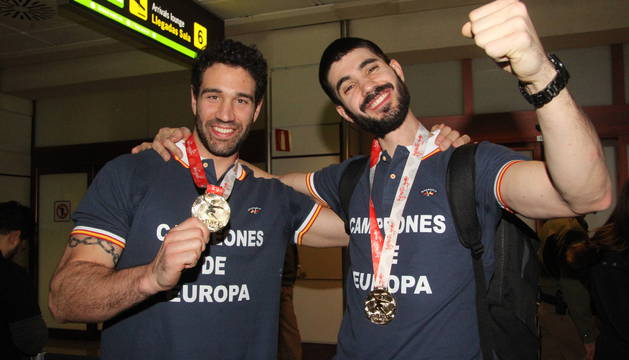 Iosu Goñi y Eduardo Gurbindo, los laterales navarros de la selección, ayer a su llegada a Madrid.