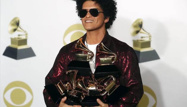 Bruno Mars triunfa en los Grammy