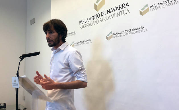 El actual portavoz de Podemos Navarra, Mikel Buil, durante su comparecencia tras la reunión de la Mesa y Junta de Portavoces del Parlamento.