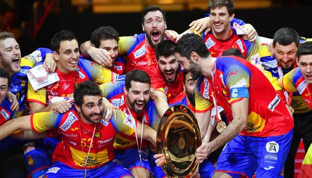 La selección española de balonmano celebra el triunfo en el Europeo.