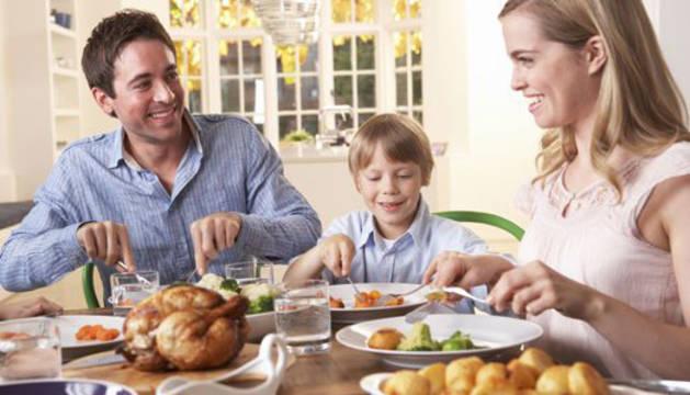 Una familia, durante la comida