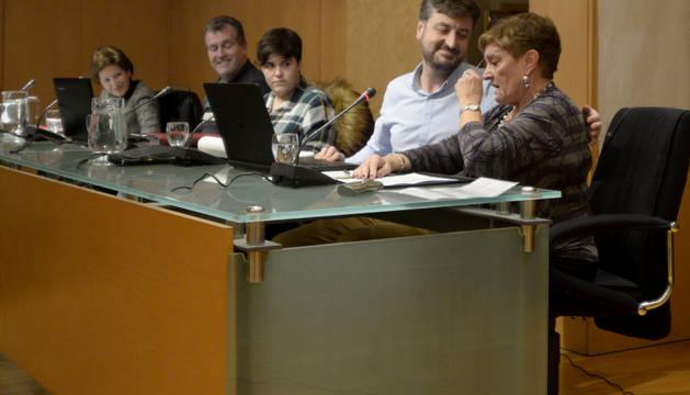 Juanjo Martínez abraza a su hasta ahora compañera de partido, Albina Prieto, tras las palabras que ésta le dedicó en el pleno.