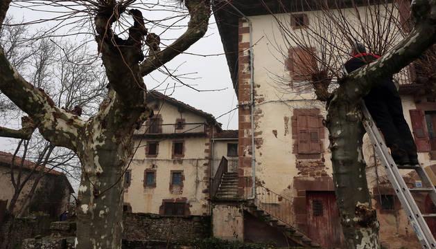 Detalle del antiguo complejo del Palacio de Aroztegia, en Lekaroz.