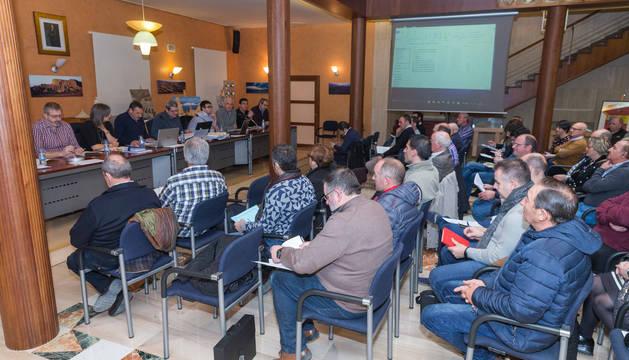 Un momento de la junta general de Bardenas celebrada ayer en la sede de la Comunidad en Tudela.