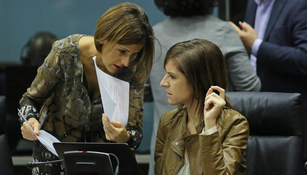 María Chivite y Nuria Medina, del PSN, en un pleno del Parlamento de Navarra.