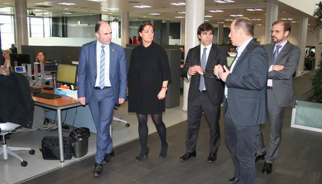 foto de Iraburu, Castex, Piérola y Bagüés acompañan al vicepresidente en su visita a las instalaciones de la multinacional.