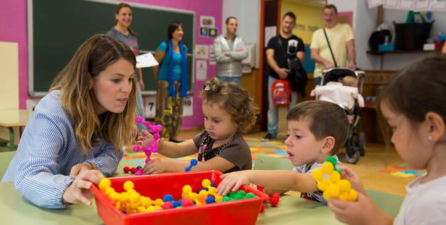 Imagen de una maestra y niños de 3 años en su primer día de clase de este curso del C.P. Beriáin.