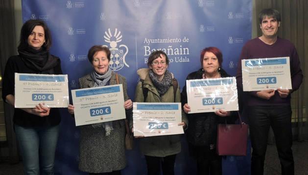Imagen de tres de las personas ganadoras posando junto a la concejal Jaione López y el técnico municipal Gustavo Urra.