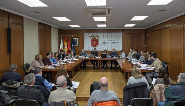 Imagen de la Corporación de Estella al completo este viernes durante el pleno para la aprobación del presupuesto de 2018.
