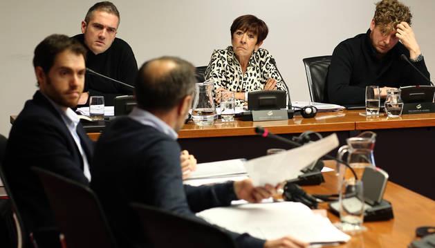 Sánchez de Muniáin (UPN) muestra la foto. En frente, Marcos Erro y la alcaldesa, Arantza Martínez.