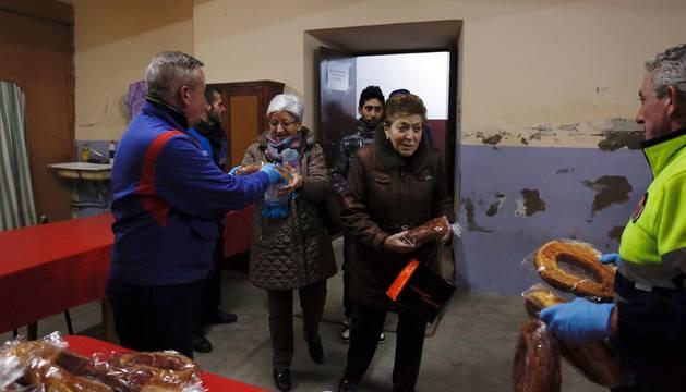 La villa celebró este viernes el reparto de 3.500 roscos junto a la hoguera de San Blas en vísperas del día grande de las fiestas
