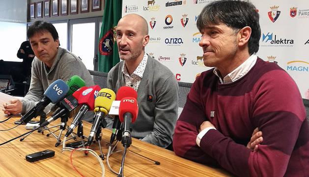 Eseverri, junto a Tatono e Imanol Arregui, en el anuncio de su despedida.