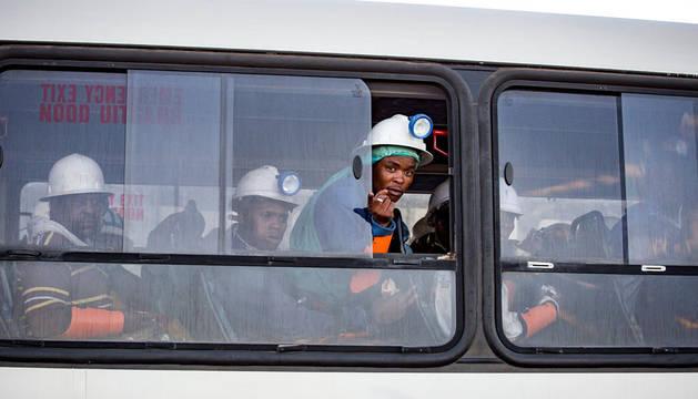 Un autoUn autobús traslada a los mineros rescatados en la mina Beatrix en Welkom (Sudáfrica)