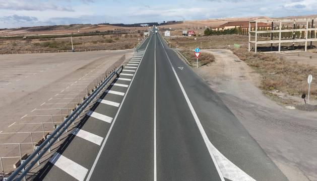 LA N-232, VACÍA La prohibición para que circulen camiones por la N-232 deja imágenes inusuales, como la superior, tomada el viernes hacia las 12.30 horas, con la vía vacía en la muga de La Rioja con Navarra.