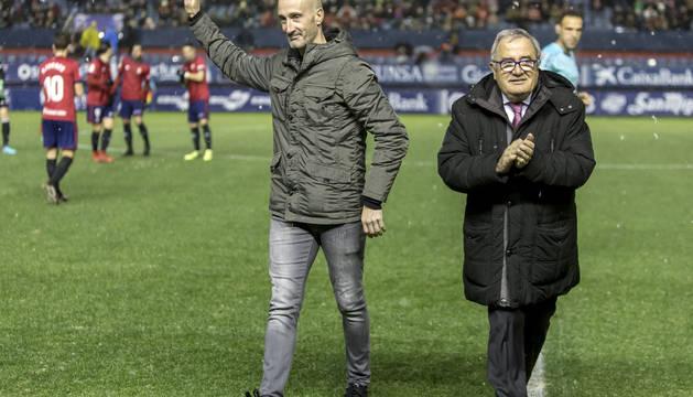 Javi Eseverri tras realizar el saque de honor en el Osasuna - Rayo