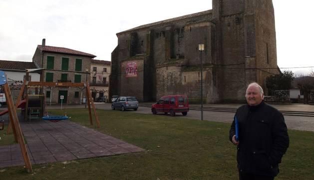 Miguel Echávarri Sanz, presidente de la Asociación de Amigos del Patrimonio, ante la iglesia de Urroz-Villa.