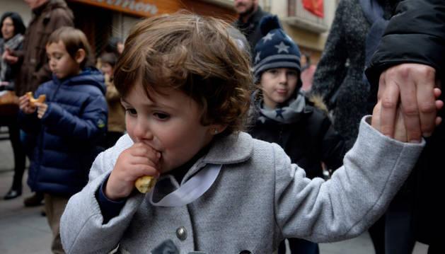 En la imagen, niños disfrutando del sabor de los roscos durante la procesión.