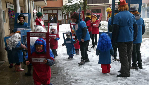 La cuadrilla de mayores y menores de Haridian Cubillo e Igone Etxeberria representó el juego de '¿Quién es quién?', versionado en euskera.