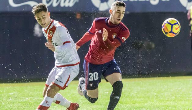 Kike Barja, el jugador más incisivo de Osasuna en el partido, trata de marcharse de Álex Martínez.
