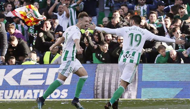 Loren Morón y Barragán celebran uno de los dos goles marcados por el debutante.