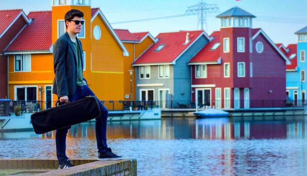 Fermín Aramendía, con su inseparable violín en Groninga, la ciudad donde vive en los Países Bajos.