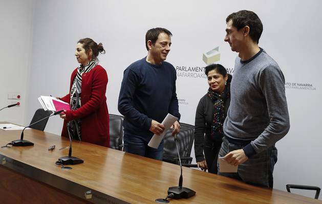 Laura Pérez, José Couso, Fanny Carrillo y Rubén Velasco, de Podemos, en el Parlamento.