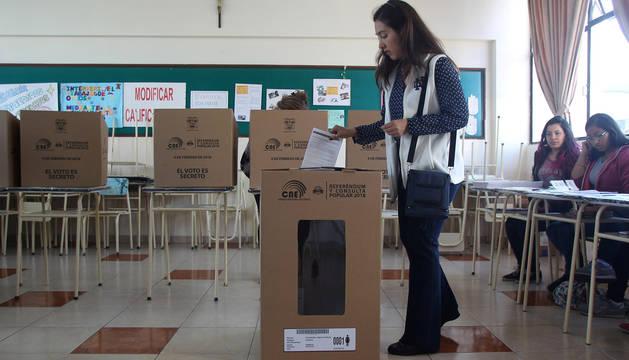 Una mujer vota en el referéndum de Ecuador