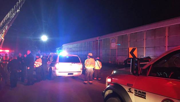 Imagen de los equipos de emergencia en el lugar del choque entre trenes en Carolina del Sur, Estados Unidos.