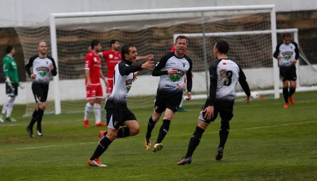 El jugador del Tudelano, Juan Esnaider, autor del gol del empate, celebra el tanto con Víctor Bravo y Andrés Barrera.