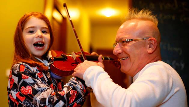 Imagen de Marta Santafé, de 6 años y vecina de Sarriguren, en clase de violín con Santy March, el 18 de enero. El violinista enseña a tocar el instrumento, en su casa de la Rochapea, a niños con daño cerebral adquirido.