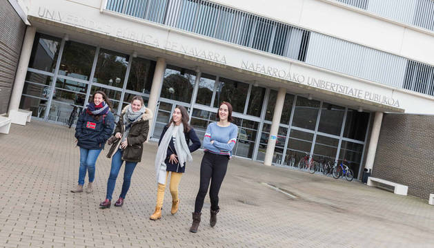 Imagen de cuatro alumnas de la Universidad Pública de Navarra (UPNA) caminando ante la entrada principal al Campus de Tudela.