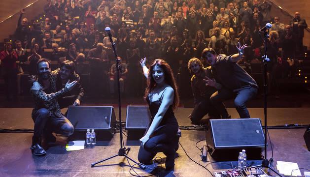 Soleá Morente ante el público que llenó el aforo del auditorio del Centro Cultural Avenida para asistir a su concierto.