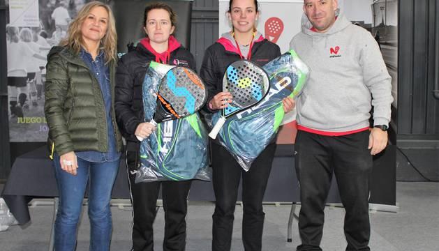 Maite Gabarrús y Marta Sexmilo, en el centro, ganadoras del Trofeo Head Podoactiva Élite Pamplona.