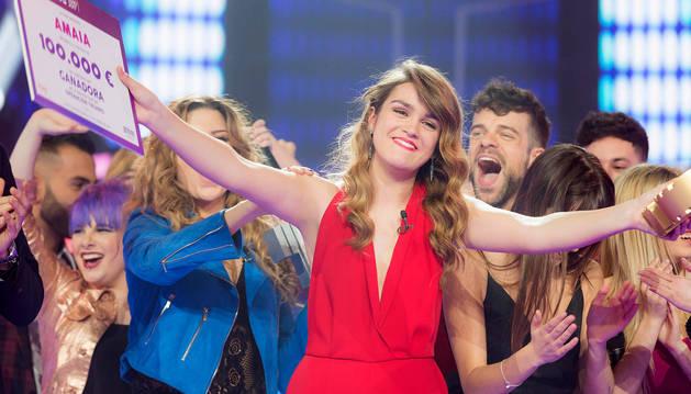 La joven pamplonesa sonríe al público de la gala final de OT, tras ser proclamada vencedora del programa y recibir el premio de 100.000 euros.