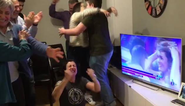 La familia de Amaia celebrando la victoria de la joven navarra.