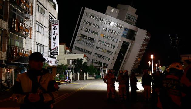 foto de Edificio dañado en Hualien (Taiwán), tras un terremoto de magnitud 6 en el que los equipos de rescate están tratando de rescatar a las supervivientes.