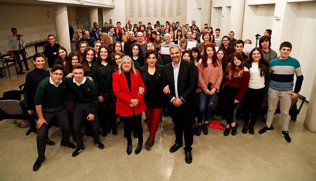 Foto de grupo de todos los integrantes de los proyectos Etwinning reconocidos junto a la consejera Maria Solana, Carlos Medina y Elisa Echenique.