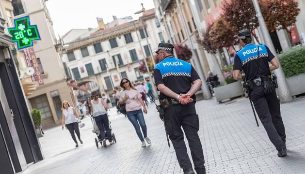 Agentes de la Policía Local de Tudela patrullan por la calle Gaztambide.