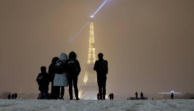 Atascos récord en París y sin autobuses por el temporal de nieve