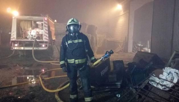 Un bombero en la explotación ganadera que se incendió en Caparroso