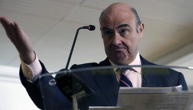 El ministro de Economía, Luis de Guindos, durante la rueda de prensa que ha ofrecido este miércoles.