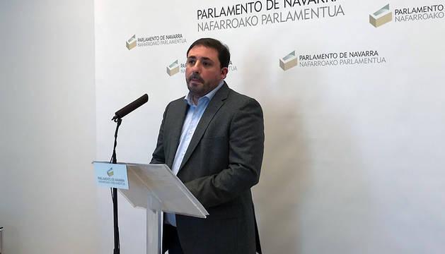 El presidente de la comisión de investigación de Caja Navarra, Unai Hualde (Geroa Bai), en la rueda de prensa de este miércoles en el Parlamento.