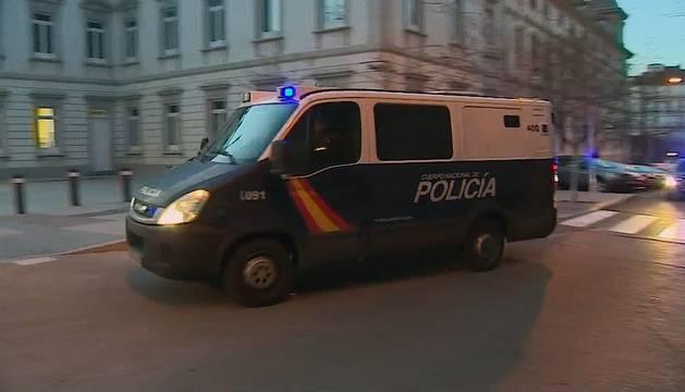 Vista del furgón policial en el que ha sido trasladado hoy el histórico narcotraficante gallego José Ramón Prado Bugallo, Sito Miñanco