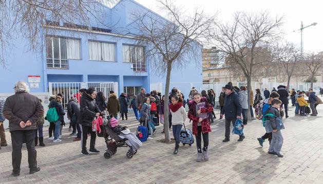 Imagen de alumnos saliendo del colegio Griseras al terminar las clases.